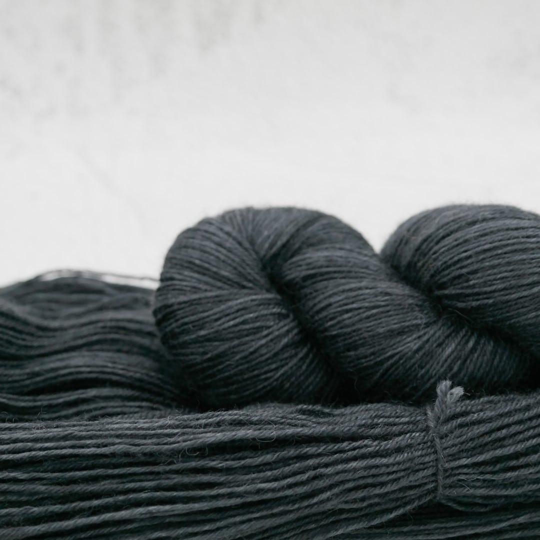 Blouson Noir | BFL Fingering - Echeveau de laine 100% Bluefaced Leicester teint à la main dans le Nord de la France par Teinturlurée