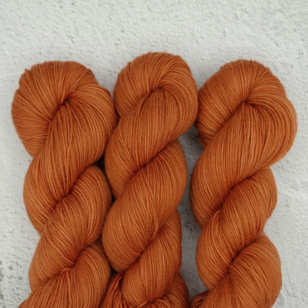 Venez découvrir le coloris « Foxey Lady » sur notre base Mérinos extrafin SW (Fingering). Laine teinte à la main en France.