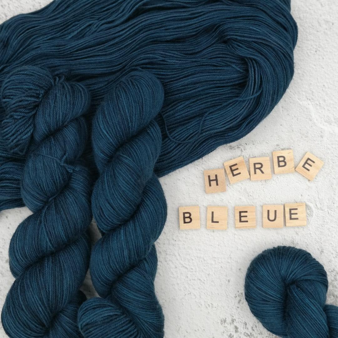 Venez découvrir le coloris « Herbe Bleue » sur notre base MERINOS SUPERWASH - Fingering. Laine teinte à la main en France.