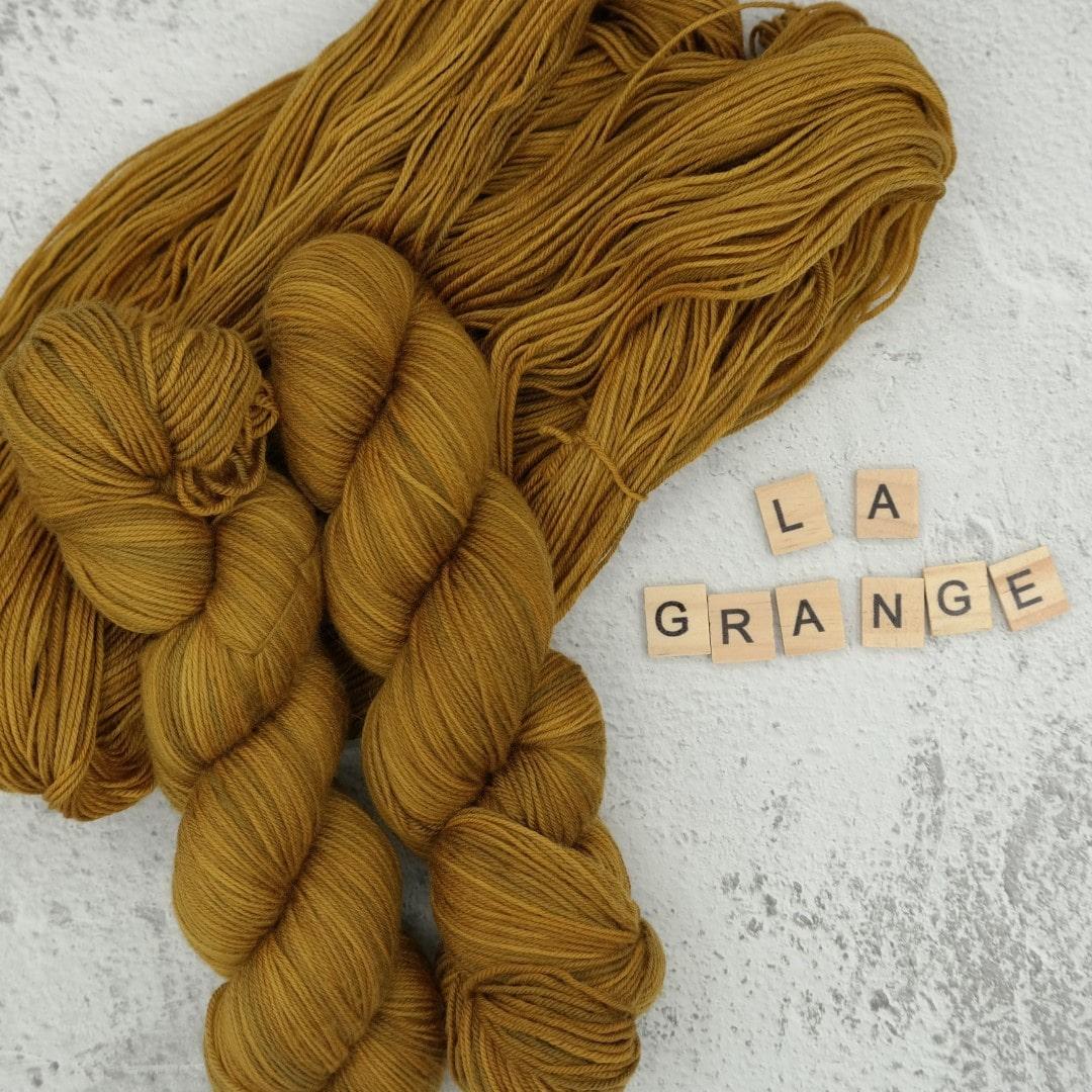 Venez découvrir le coloris « La Grange » sur notre base Mérinos extrafin SW (Fingering). Laine teinte à la main en France.