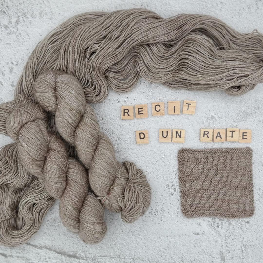 Venez découvrir le coloris « Récit d'un raté » sur notre base Mérinos extrafin SW (Fingering). Laine teinte à la main en France.