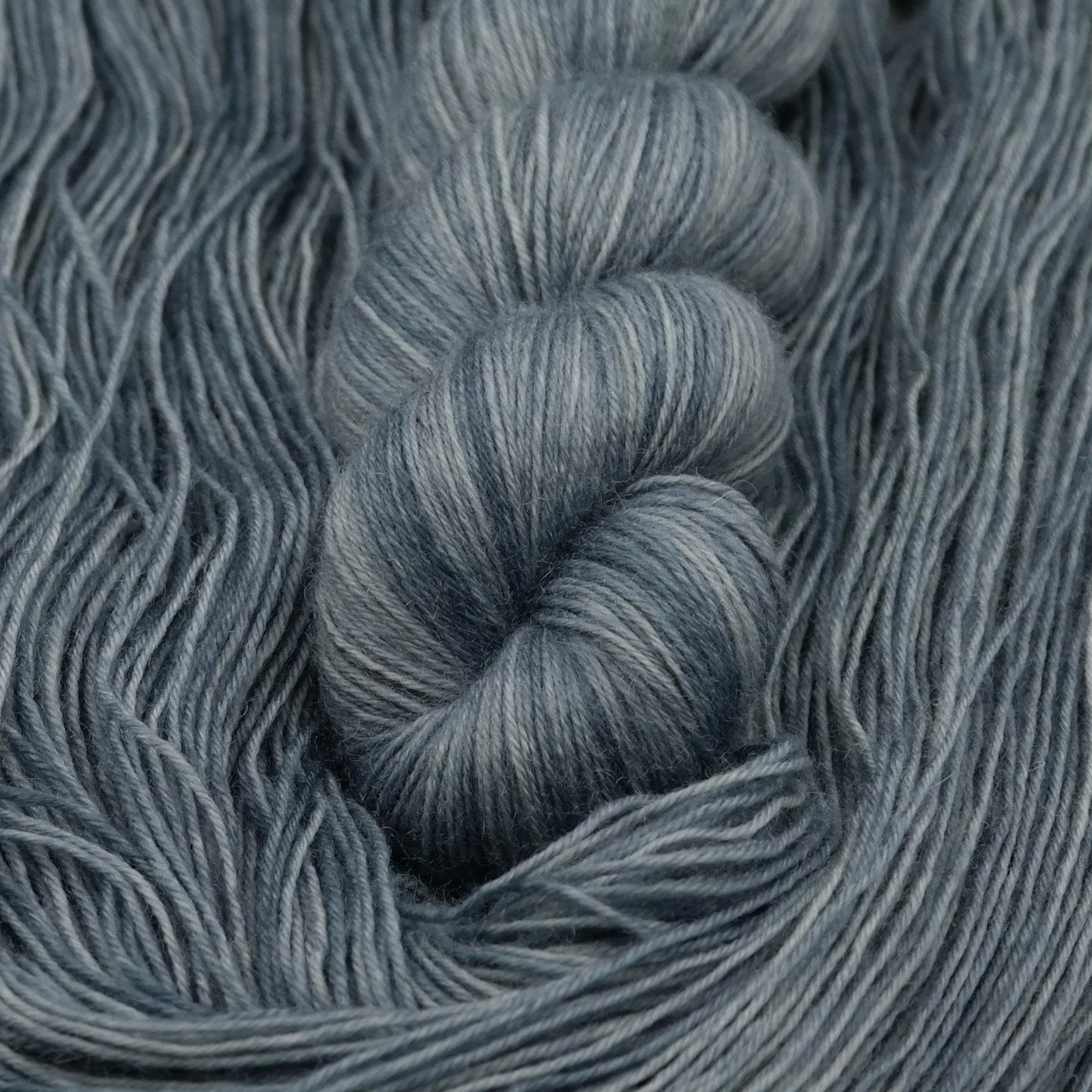 Fallen | BFL Fingering - Echeveau de laine 100% Bluefaced Leicester teint à la main dans le Nord de la France par Teinturlurée