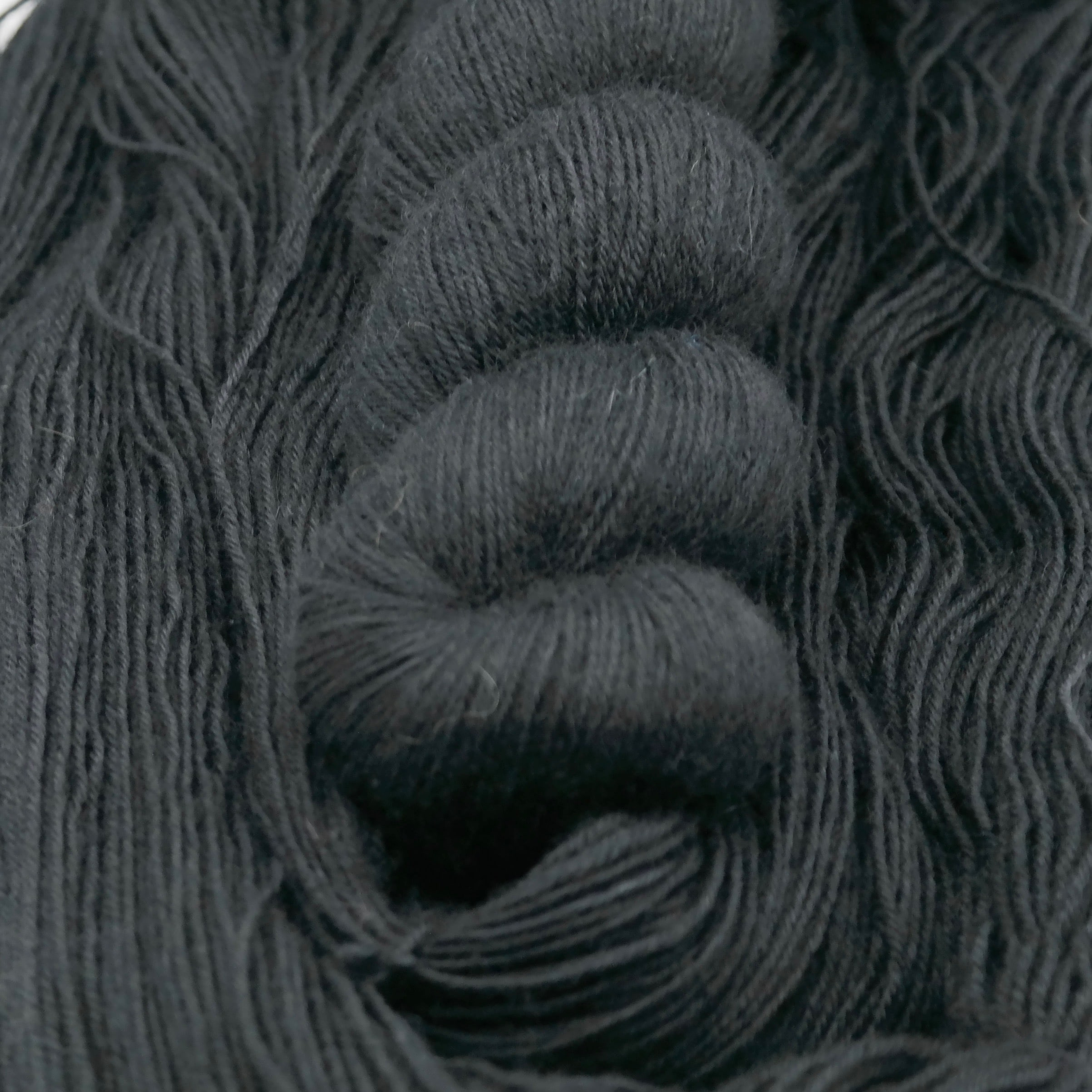 Dark Passenger | BFL Fingering - Echeveau de laine 100% Bluefaced Leicester teint à la main dans le Nord de la France par Teinturlurée