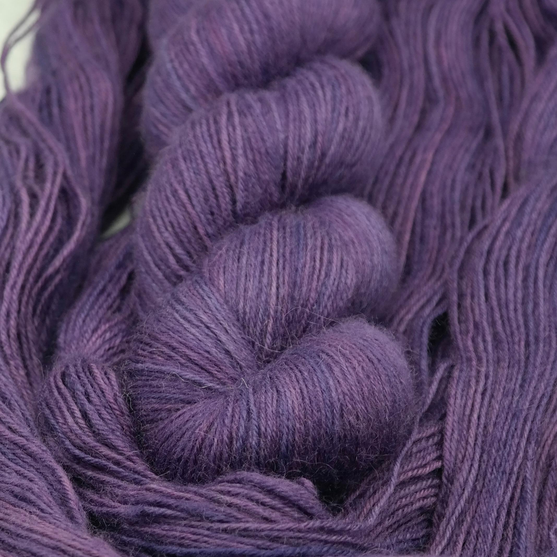 Violet Hill | BFL Fingering - Echeveau de laine 100% Bluefaced Leicester teint à la main dans le Nord de la France par Teinturlurée