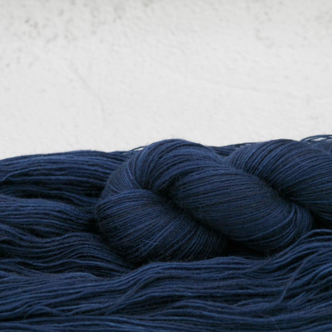 We cut the Night | BFL Fingering - Echeveau de laine 100% Bluefaced Leicester teint à la main dans le Nord de la France par Teinturlurée