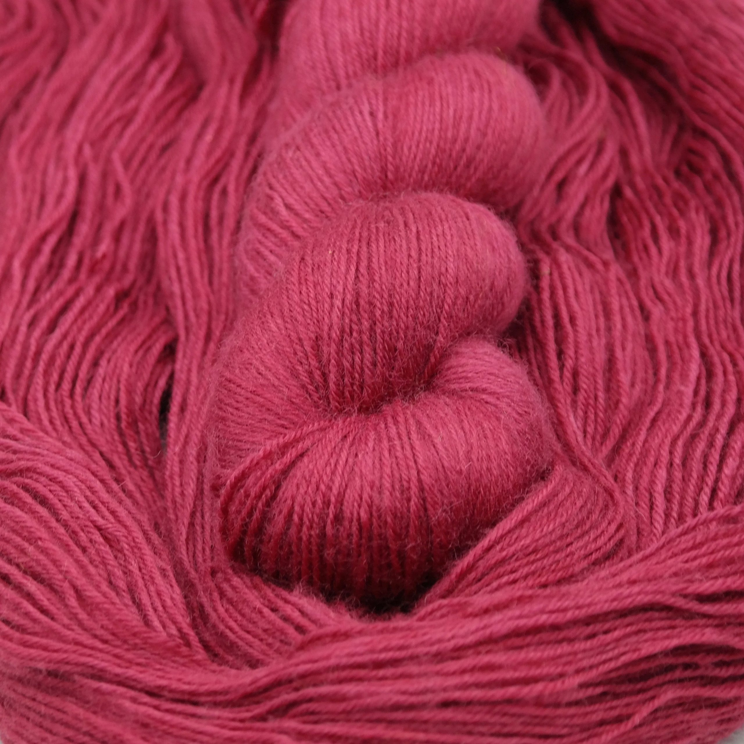 So Berry Good | BFL Fingering - Echeveau de laine 100% Bluefaced Leicester teint à la main dans le Nord de la France par Teinturlurée