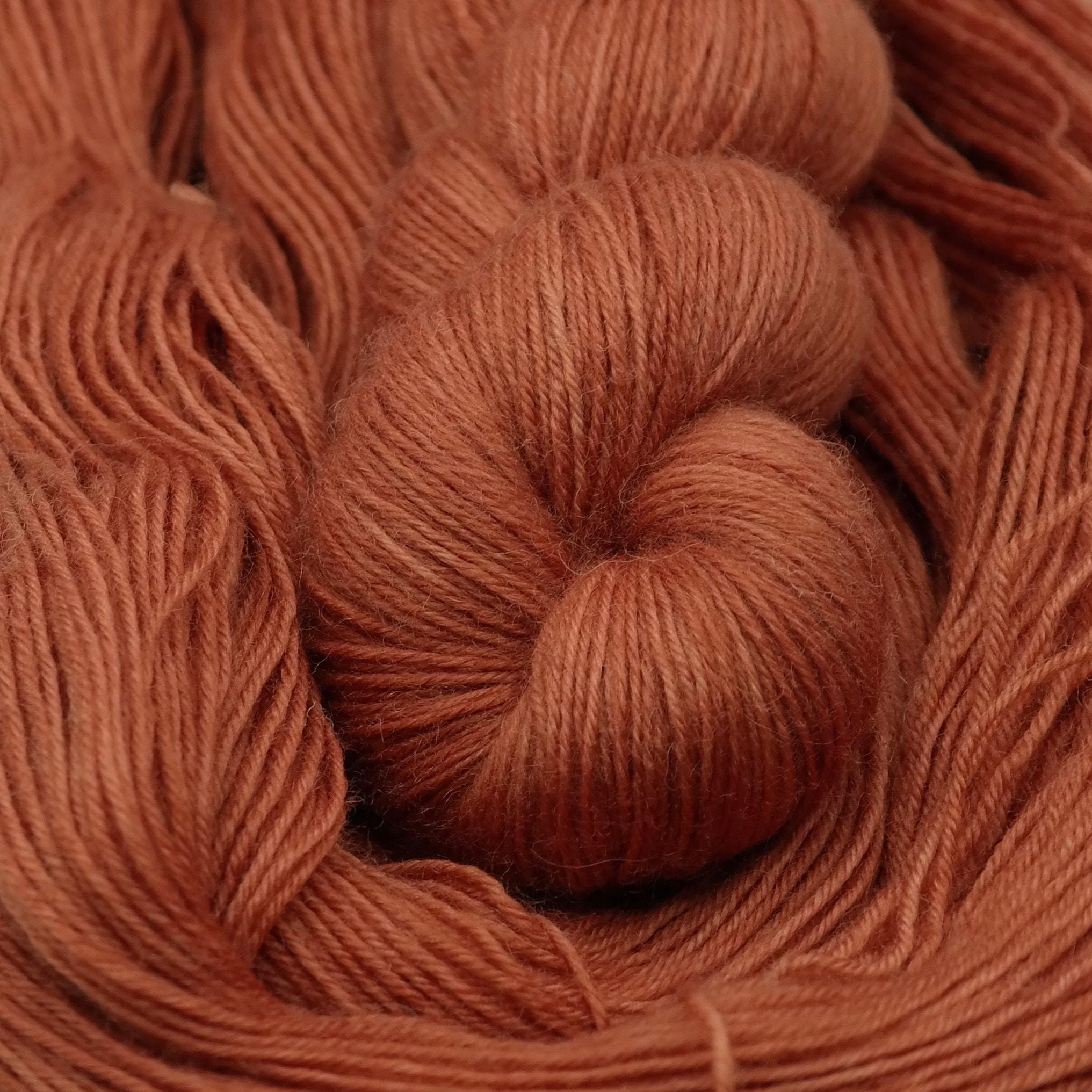 Venez découvrir le coloris « Orange Mécanique » sur un fil 100% Bluefaced Leicester SW Fingering. Laine teinte à la main en France.