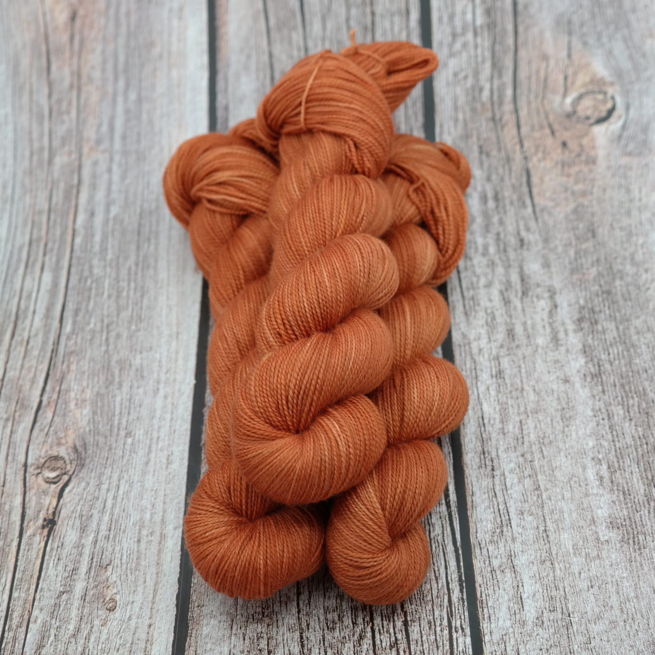 Venez découvrir le coloris « Foxey Lady » sur un fil Chaussette Tordue • Fingering (Mérinos/Nylon). Laine teinte à la main en France.