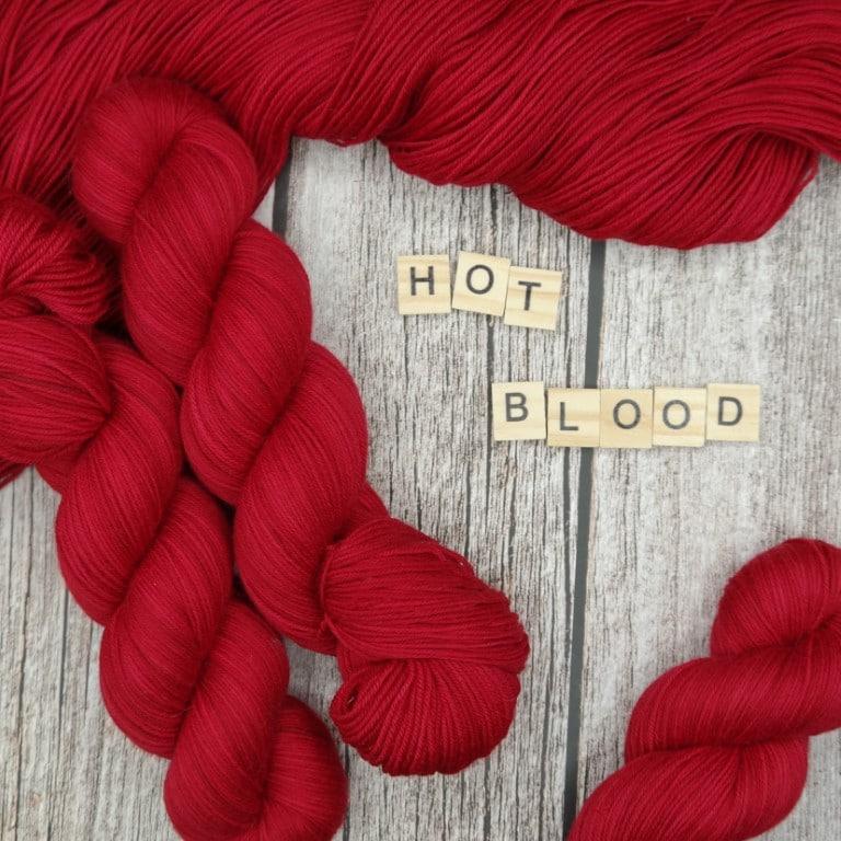 Venez découvrir le coloris « Hot Blood » sur notre base Mérinos extrafin SW (Fingering). Laine teinte à la main en France.