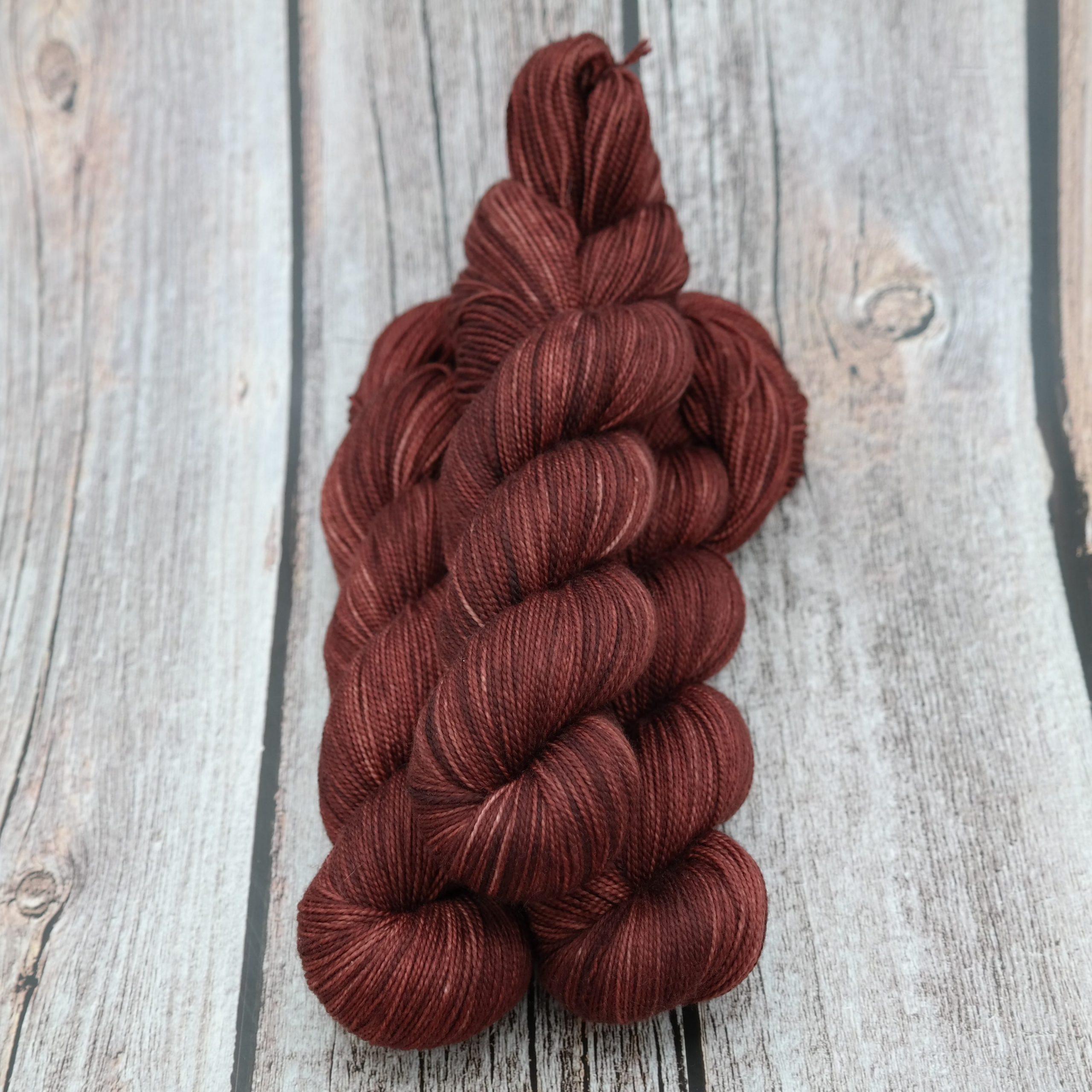 Venez découvrir le coloris « October » sur un fil Chaussette Tordue (Mérinos/Nylon) Fingering. Laine teinte à la main en France.