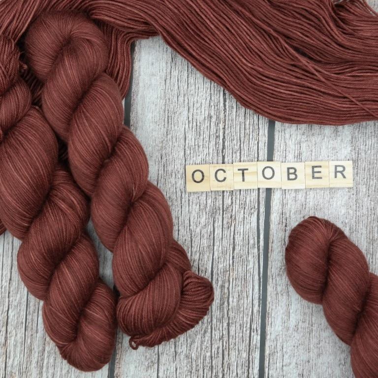 Venez découvrir le coloris « October » sur notre base Mérinos extrafin SW (Fingering). Laine teinte à la main en France.