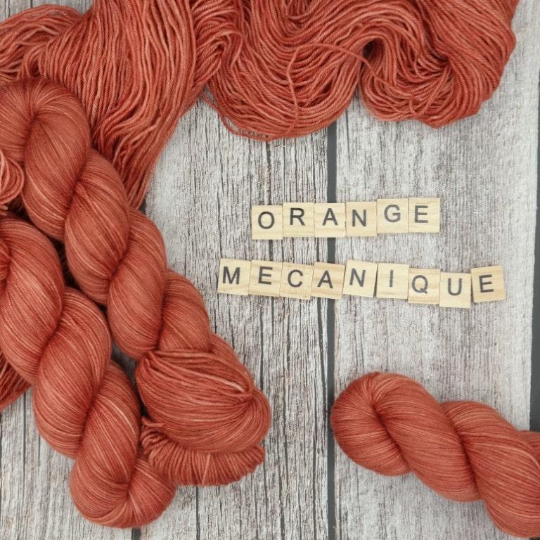 Venez découvrir le coloris « Orange mécanique » sur notre base Mérinos extrafin SW (Fingering). Laine teinte à la main en France.