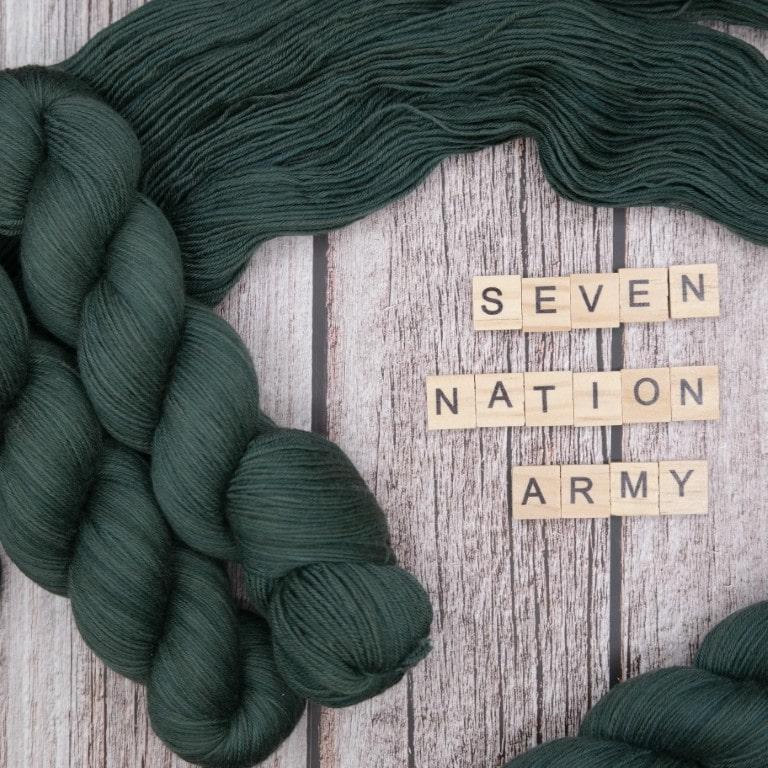 Venez découvrir le coloris « Seven Nation Army » sur notre base Mérinos extrafin SW (Fingering). Laine teinte à la main en France.