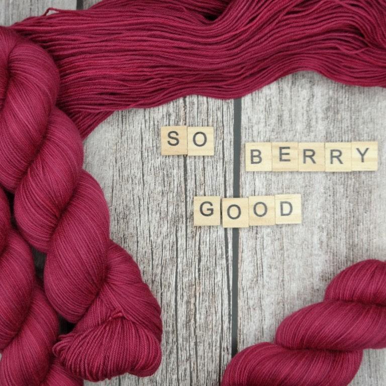 Venez découvrir le coloris « So Berry Good » sur notre base Mérinos extrafin SW (Fingering). Laine teinte à la main en France.