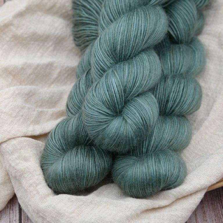 Découvrez le coloris « Vert de gris » sur notre base MériKid (Fingering). Laine teinte à la main en France par Teinturlurée.