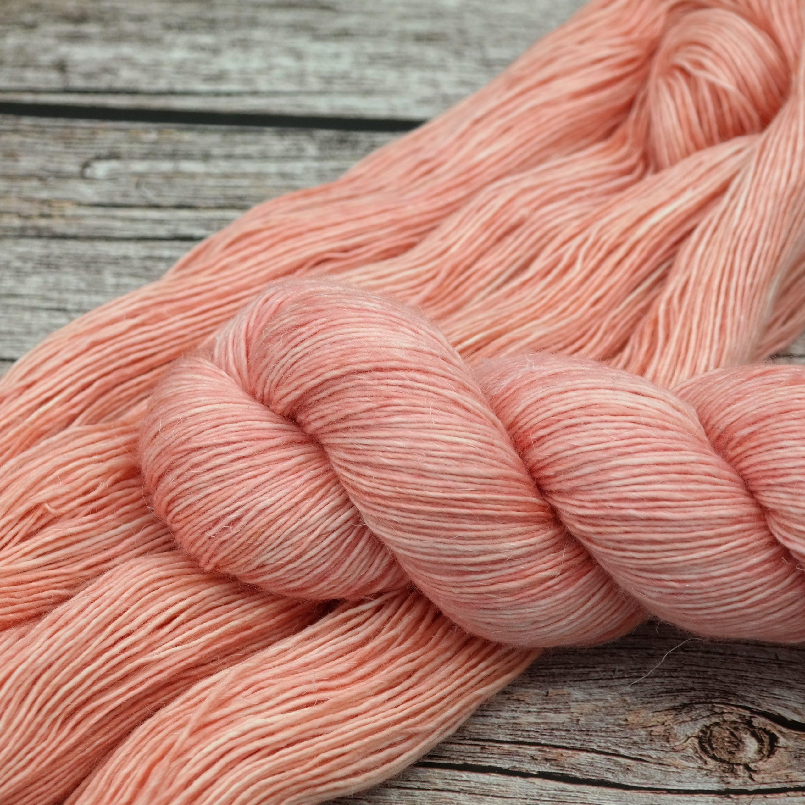 Venez découvrir le coloris « Sunset Lover » sur notre fil MerLin Fingering • Laine teinte à la main en France | Teinturlurée